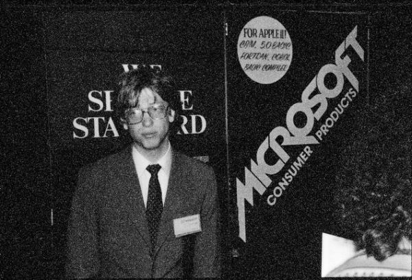 Bill Gates 1979-ben az akkori CES-en - m�g j�val az els� DOS �s Windows kiad�sa el�tt - az Apple II-hez k�sz�lt BASIC ford�t�j�t mutatta be (fot�: Tom Munnecke)