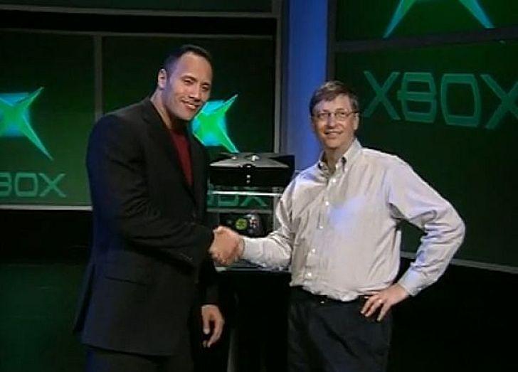 """A 2001-es CES-en Gates már Dwayne """"The Rock"""" Johnson segítségével mutatta be az akkor vadiúj eredeti Xbox konzolt"""